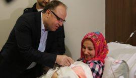 Siirt Valisi ve Belediye Başkanı Yılın Son Bebeğine Hediye Verdiler
